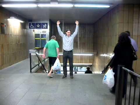 Ruce nad hlavou nad výlezem z metra