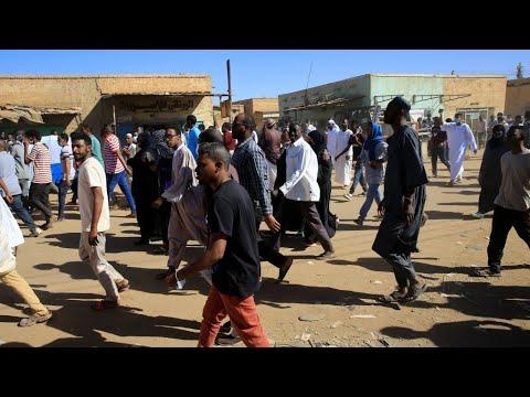 البشير يزور قطر والشرطة السودانية تفرق المتظاهرين بالغاز المسيل للدموع