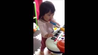 1歳8ヶ月なぜかマイクにハマっています】 キーボードを弾きながら上手に歌うよ~。 ・キーボードも色んな種類がありますね。 http://www.amazo...