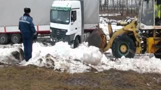 У Шосткинському районі працівники поліції допомогли водію-вантажівки(, 2016-02-04T12:07:44.000Z)