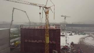 Betonstort 15 meter hoge wand op project Linum/Plastibac te Kuurne