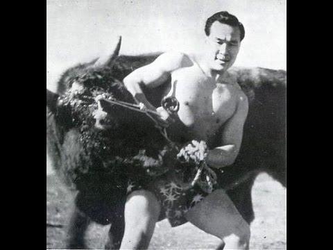 El hombre que venció a 52 toros y 1 oso