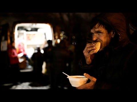 طهاة يقدمون الحساء المجاني للمشردين في شتاء سان بطرسبرغ القارس…  - 15:53-2018 / 12 / 7