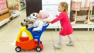 ВЛОГ Кукла Катя в детском магазине Настя КАК МАМА покупает новые игрушки для Baby doll реборн Katy(Катя и Настя в детском Мире присматривают мебель для Кати. Делаем полезные покупки, покупаем памперсы, пита..., 2016-11-09T07:24:15.000Z)