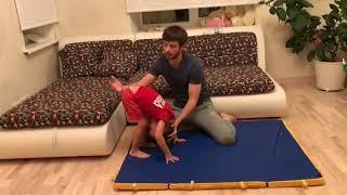 Как научить ребенка кувыркаться?