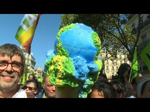 AFP: Marche pour le climat: des milliers de manifestants à Paris   AFP News
