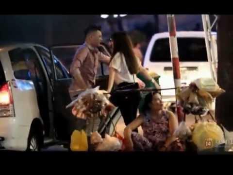 Yến Nhi và Trinh Thăng Bình hôn nhau trên phố