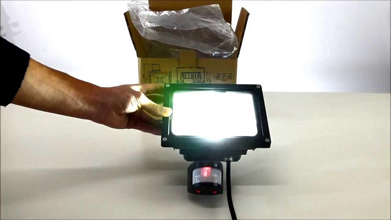 Plafoniera Da Esterno Con Sensore Di Movimento E Crepuscolare : Proiettore a led w con sensore pir youtube