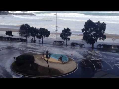 Ola arrasa playa de Riazor (A Coruña). Temporal en Galicia 03/03/2014 HD