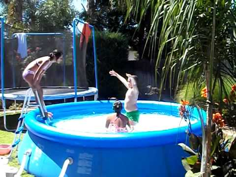 Elka kiabet y joshua en la piscina inflable youtube for Piscina inflable decathlon