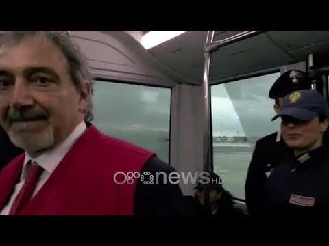 Video ekskluzive e Ora News, përqafimi i parë i Alvinit me familjarët në aeroport