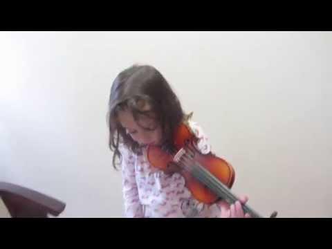 Маленькая девочка играет на скрипочке. Видео 1 - Первые шаги