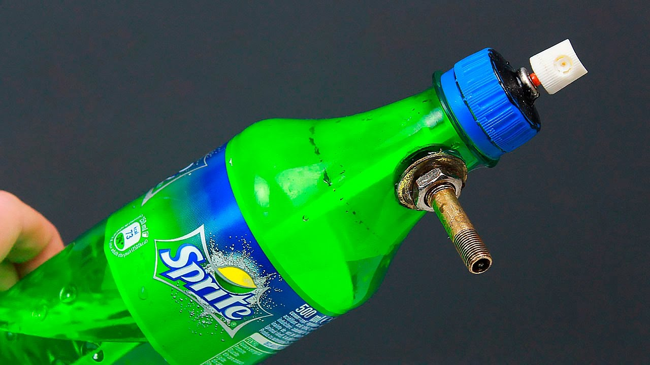 An unusual idea with a bottle and a can of spray paint ...