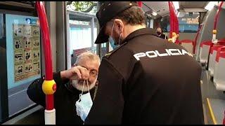 Policía reparte mascarillas en el transporte público de A Coruña
