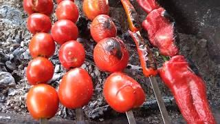 Как жарить помидоры и перец чили на углях
