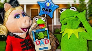 miss-piggy-surprises-kermit-the-frog-with-fathers-day-baby