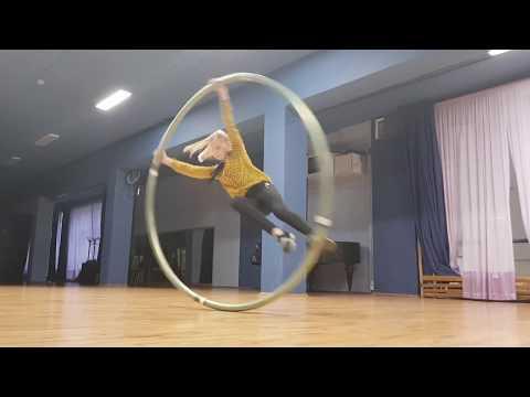 Акробат в колесе на меропритие