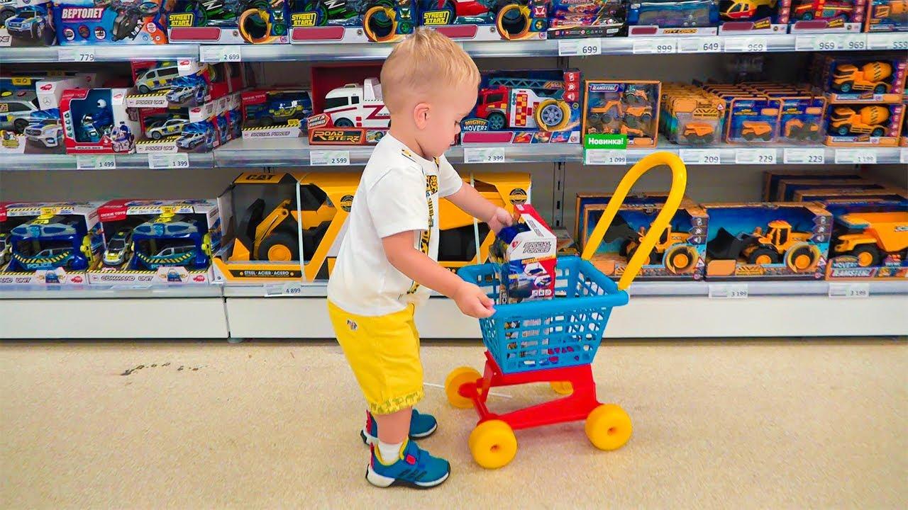 Chris e a mãe fazendo compras na loja de brinquedos