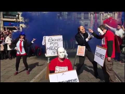 Immagini: Milano, i dipendenti Tim protestano e inscenano il famoso balletto