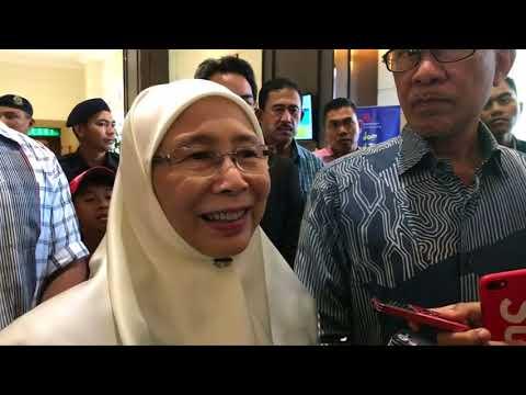 Wan Azizah, Anwar Meet Singapore PM