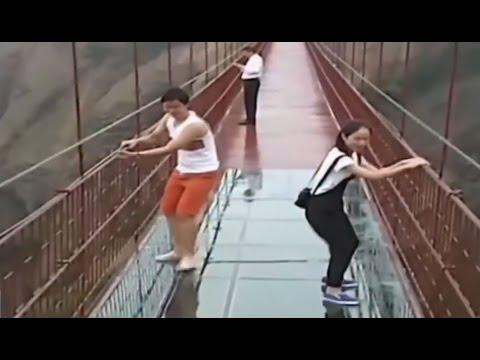 Стеклянный мост на горе Tianmen -