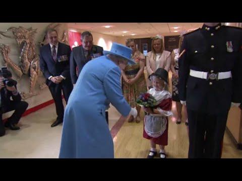 Una niña le lleva flores a la reina Isabel II y se lleva una bofetada de regalo
