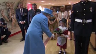 Video Una niña le lleva flores a la reina Isabel II y se lleva una bofetada de regalo download MP3, 3GP, MP4, WEBM, AVI, FLV Agustus 2017