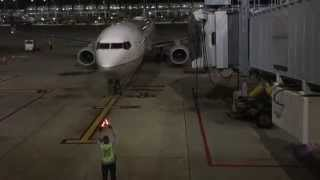 Amazing Boeing 737 Airplane Arrives at Gate!