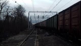 Электровоз ВЛ10 1535 с грузовым составом и приветливой локомотивной бригадой