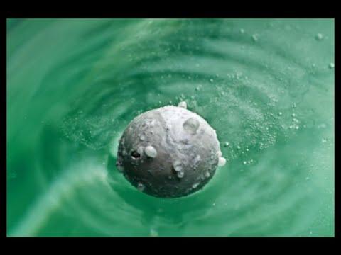 Cục Natri tác dụng với nước mạnh mẽ