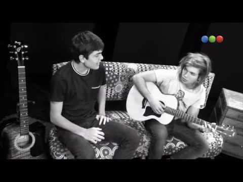 Nico le canta a Mia