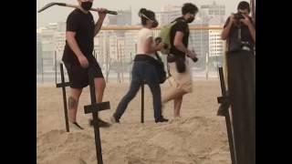 不满政府应对疫情措施巴西抗议者在海滩上挖出百个坟墓