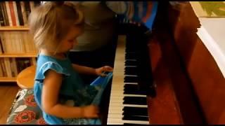 Лемешкина Марианна. 2 года 11 месяцев. Учимся играть пятым пальцем. (фрагмент урока)
