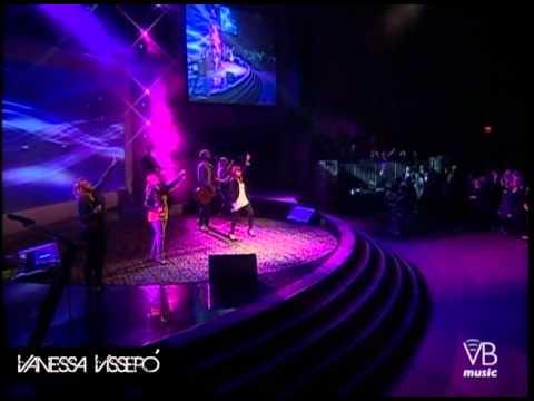 Vanessa Vissepó dirigiendo Digno Santo (Revelation Song)