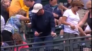 Дождь из однодолларовых банкнот прервал бейсбольный матч в Сиэтле