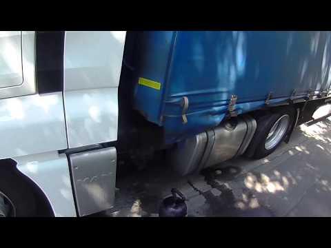 5.A kamionos.Zuhanyzó a kamionban.