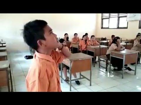 Suara adzan anak kecil merdu bangett :)