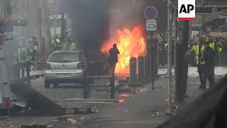 Vehicles ablaze in new round of Paris clashes