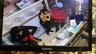 فيديو خطير ...عملية سطو  نفدها مجهولون بشارع المسيرة J5 بالرباط بمحل لبيع الهواتف النقالة