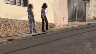 Lixeiras irregulares dificultam mobilidade de deficientes visuais