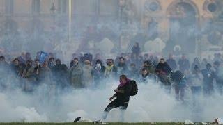 Франция: против однополых браков подняли бунт (новости)(http://www.ntdtv.ru Франция: против однополых браков подняли бунт. В Париже многотысячная акция протеста против..., 2013-05-27T08:56:18.000Z)