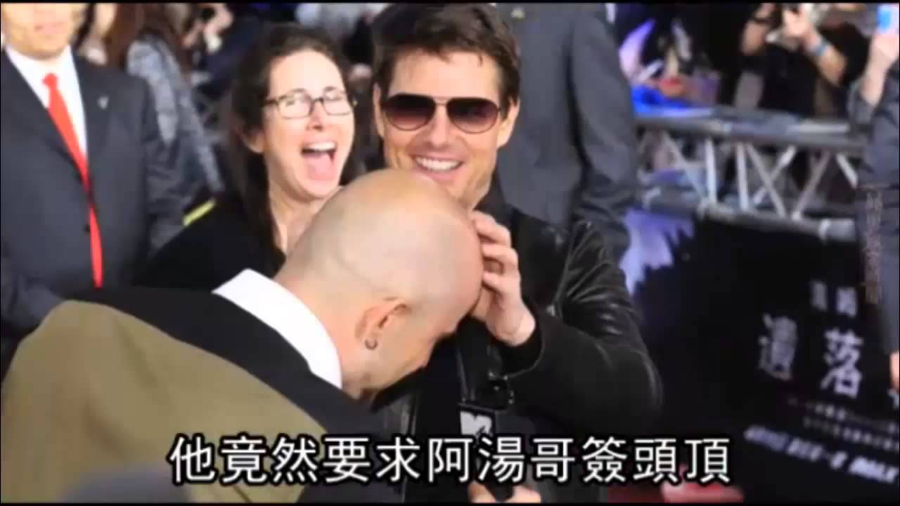 Tom Cruise signing autographs on a fan's bald head at taipei Oblivion premiere