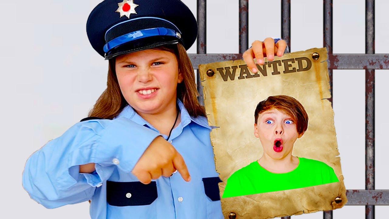 एड्रियाना ने अपने भाई के साथ पुलिस एडवेंचर खेलने का नाटक किया