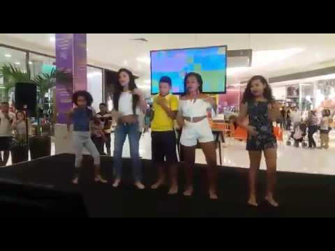 Sofia Dançando No Shopping!!