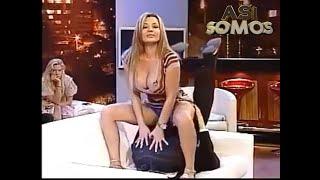 Repeat youtube video Así Somos: Pilar Ruiz y Eduardo Fuentes haciendo el sofá-sutra