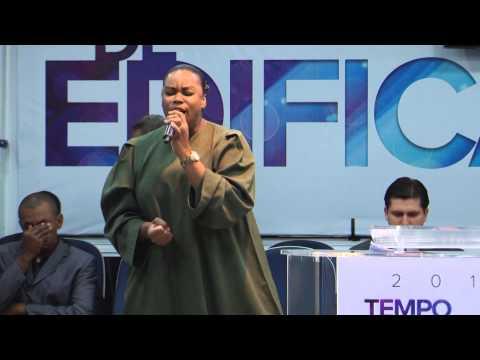 Elaine Martins louvando Sobre as águas do cantor Davi Sacer