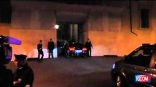 TGCOM  Il corteo di Berlusconi entra nel cortile del Quirinale