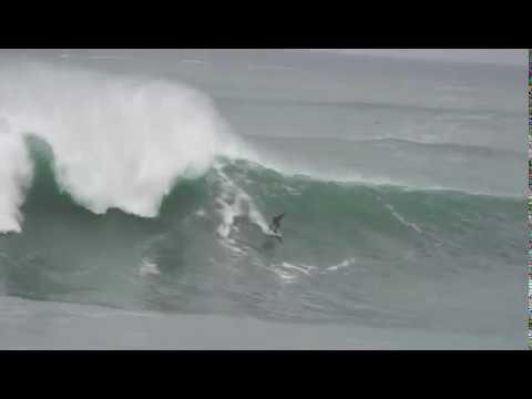 Los surfistas entrenan en las enormes olas de Illa Pancha