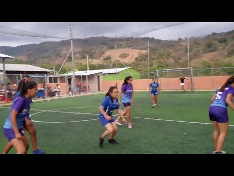 Chicas plus VS los bichos 4k el partido comenzó.Reto de fútbol.P4