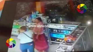 Honduras mira cómo dos mujeres roban celular de tienda